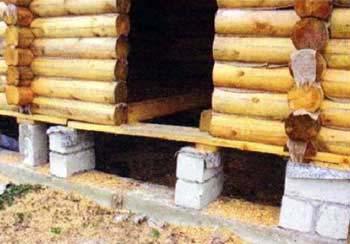 Ошибка строителей. Нет нижней перевязки дверного проёма, и неправильное опирание несущих балок