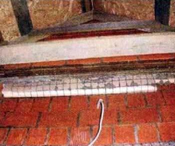 Ошибка строителей. Утеплитель находится в подвешенном состоянии между облицовкой и несущей стеной