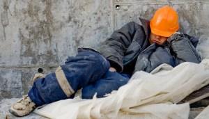 строители отдыхают за деньги заказчика